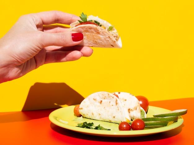 Close-up mulher segurando saboroso taco