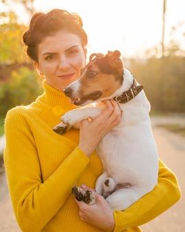 Close-up mulher segurando seu cachorro