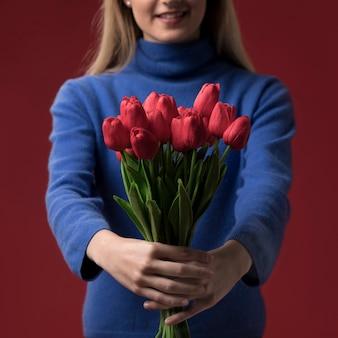 Close-up mulher segurando tulipas