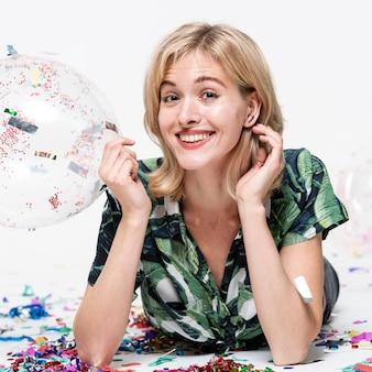 Close-up mulher segurando um balão