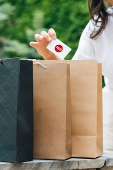 Close-up mulher segurando um cartão de venda