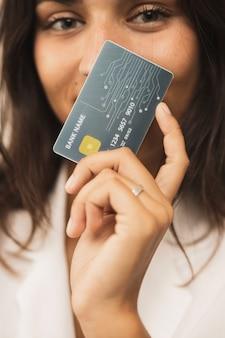Close-up mulher segurando um cartão e olhando para a câmera