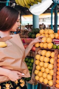 Close-up mulher segurando um saco de papel
