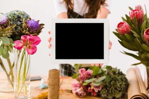Close-up mulher segurando um tablet dentro de casa
