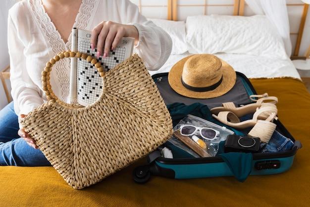 Close-up, mulher segurando uma bolsa de viagem
