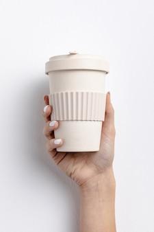 Close-up mulher segurando uma xícara de café