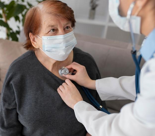 Close-up mulher sendo examinada pelo médico
