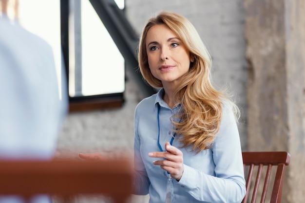 Close-up mulher sentada na cadeira