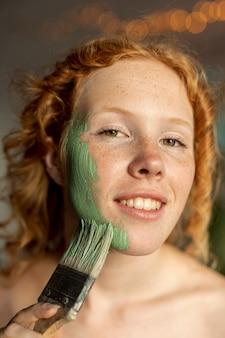 Close-up mulher sorridente com escova posando