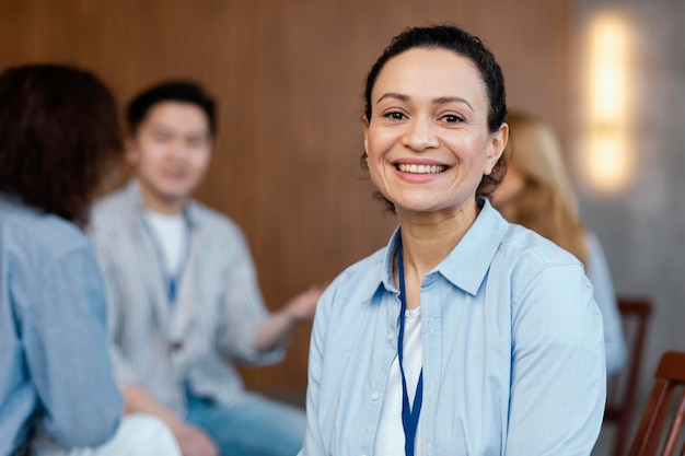 Close-up mulher sorridente em terapia