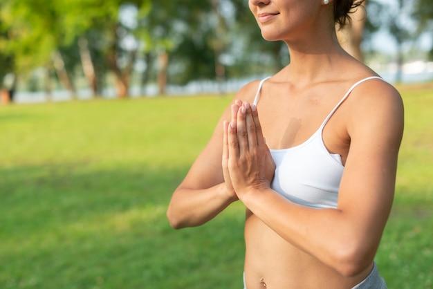 Close-up mulher sorridente meditando pose de braço