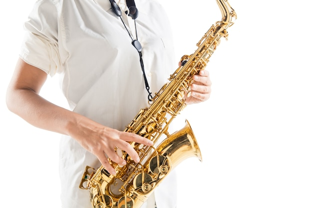 Close-up, mulher tocando saxofone, isolado no fundo branco do estúdio. músico inspirado