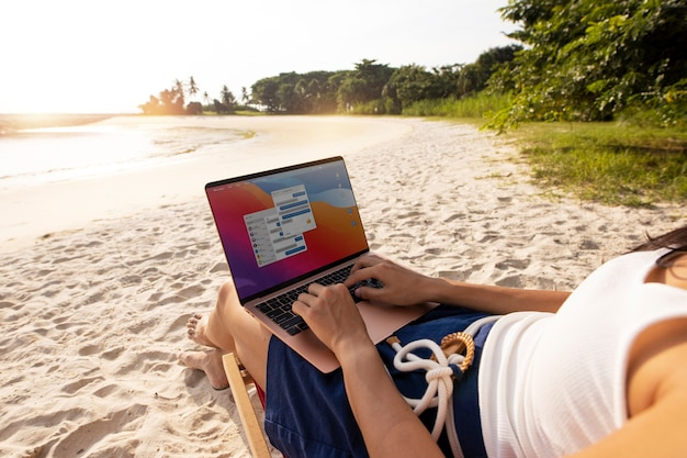 Close-up mulher trabalhando em laptop