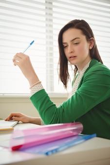 Close-up mulher trabalhando na mesa