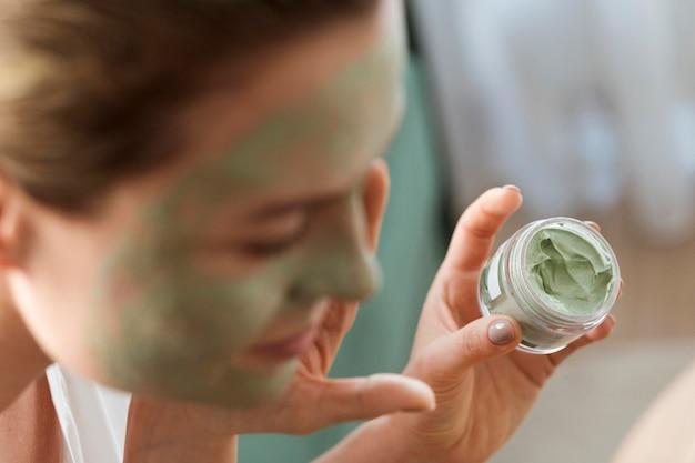 Close-up mulher turva com máscara facial