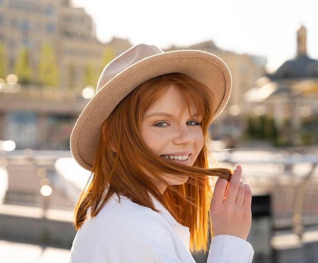 Close-up mulher usando chapéu