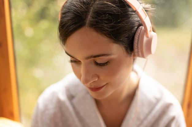 Close-up mulher usando fones de ouvido
