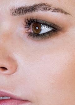 Close-up mulher usando maquiagem