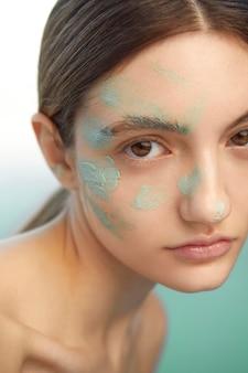 Close-up mulher usando máscara facial