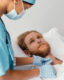 Close-up, mulher verificando o paciente