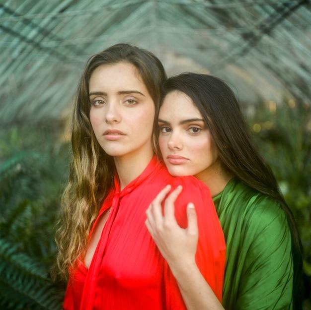 Close-up, mulheres bonitas, em, vermelho verde, vestidos