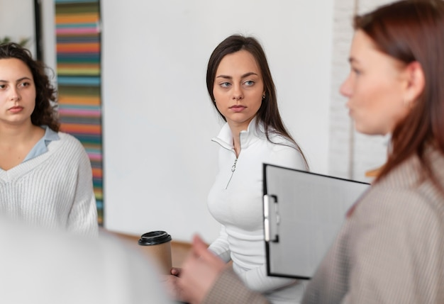 Close-up mulheres em terapia