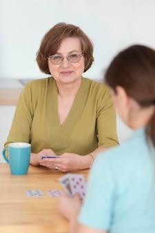 Close-up mulheres jogando cartas