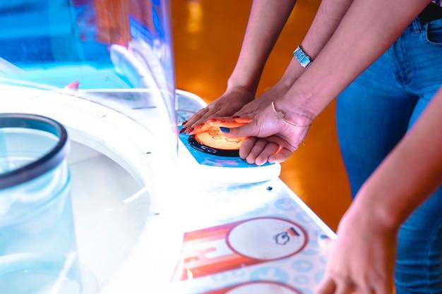 Close-up mulheres jogando um jogo de arcade