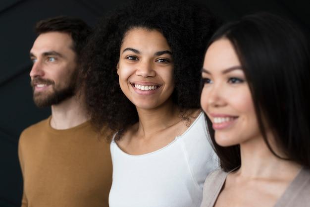 Close-up, mulheres jovens e homem sorrindo