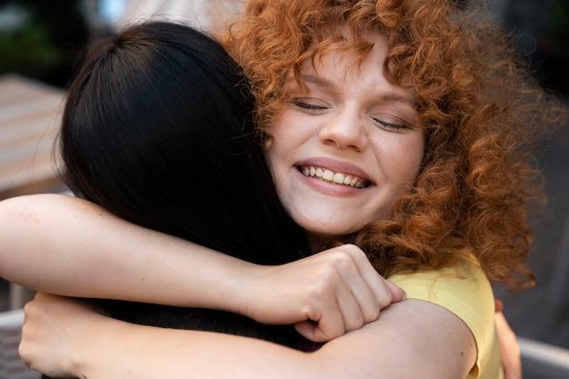 Close-up mulheres se abraçando