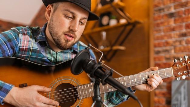 Close-up músico cantando dentro de casa