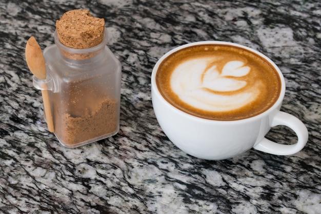 Close-up na arte do café com leite com açúcar mascavo