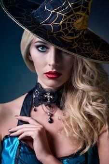 Close-up na bela jovem vestida para o halloween