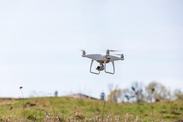 Close-up na câmera zangão branco. drone quadcopter em voo
