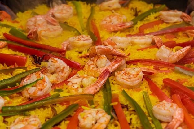 Close-up na comida tradicional espanhola de paella valência.