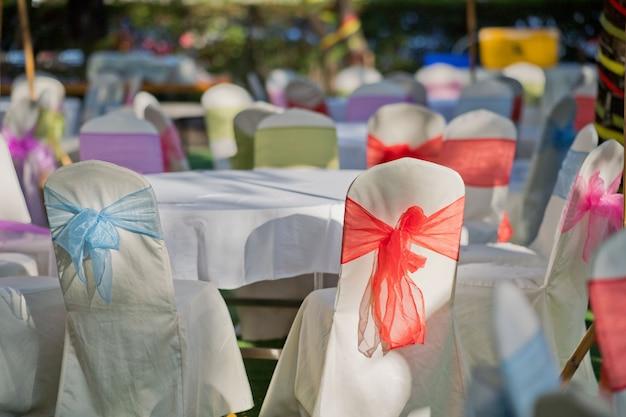 Close-up na decoração da cadeira de casamento