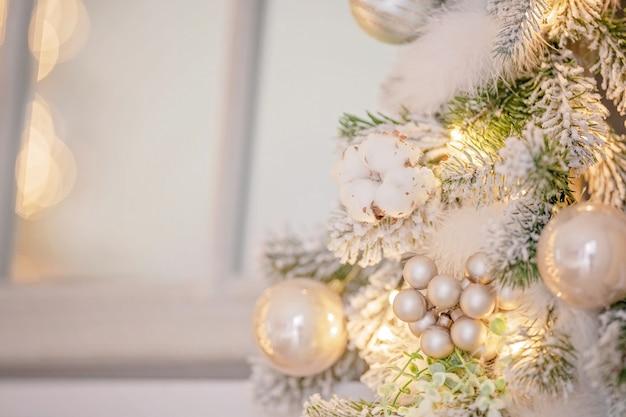 Close-up na decoração festiva de uma árvore de natal