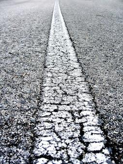 Close-up na linha branca de uma estrada alphast.