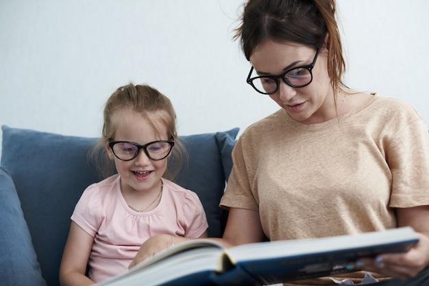 Close-up na mãe ensina filha