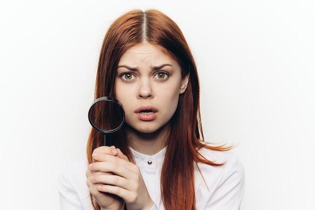 Close-up na mulher com lupa isolada