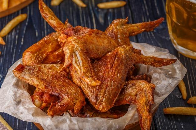 Close-up na pilha de asas de frango frito