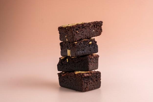 Close-up na pilha de brownies de amêndoa assados carnudos