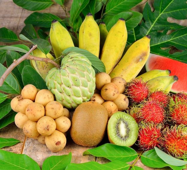Close-up na pilha de frutas tropicais