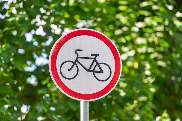 Close-up na placa de estrada para não andar de bicicleta