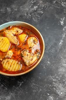 Close-up na sopa caseira com conjunto de frango e especiarias