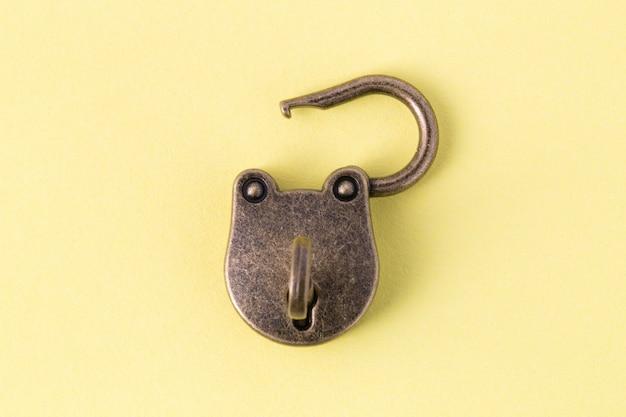 Close-up na velha fechadura com a chave isolada
