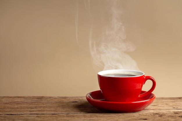 Close-up na xícara de café quente com prato
