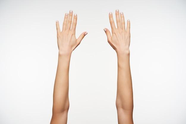 Close-up nas belas mãos de uma jovem com manicure