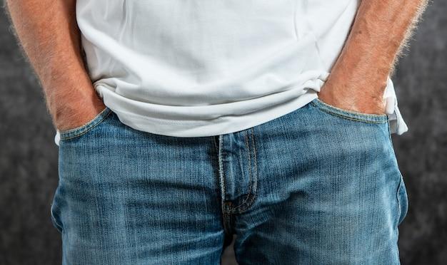 Close-up nas mãos masculinas no bolso da calça jeans