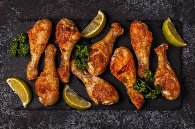 Close-up nas pernas de frango frito na tábua
